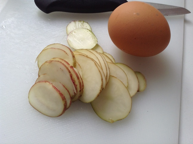 Snij de aardappel in dunne plakjes