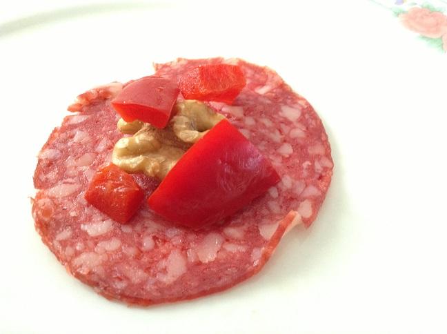 Salami met walnoot en rode paprika