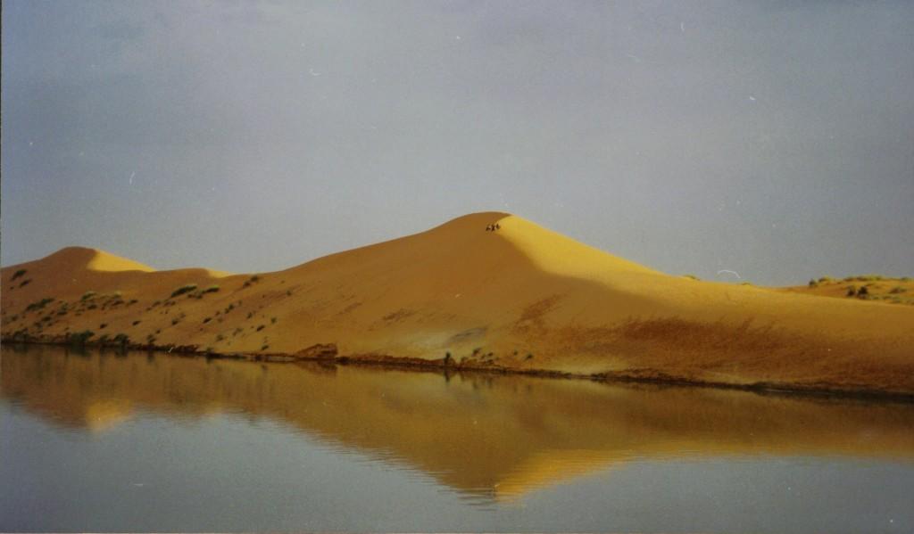 Zo nu en dan zie je een paar mensen op de zandduinen naar de boot kijken, click hier voor een grotere afbeelding