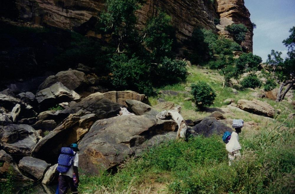 Op expeditie, de man rechts is onze gids op blote voeten, Ali wilde graag mijn sporttas op zijn rug, STOER